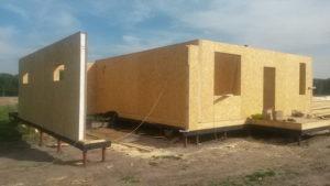 Фото строительства недорогого, каркасного дома из СИП панелей с гаражом по готовому проекту на этапе монтажа 1 этажа (Новосибирск, Томск, Барнаул, Алтай, Новокузнецк)