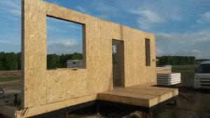 Фото строительства недорогого, каркасного дома из СИП панелей с гаражом по готовому проекту на этапе монтажа стен 1 этажа (Новосибирск, Томск, Барнаул, Алтай, Новокузнецк)