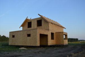 Фото строительства недорогого, каркасного дома из СИП панелей на этапе монтажа 2 мансардного этажа (Новосибирск, Томск, Барнаул, Алтай, Новокузнецк)