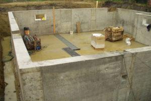 Фото строительства недорогого, каркасного дома из СИП панелей на этапе заливки бетоном цокольного этажа (Новосибирск, Томск, Барнаул, Алтай, Новокузнецк)