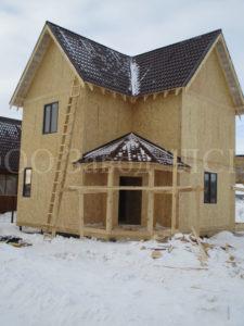 Фото готового недорогого каркасного двухэтажного дома из СИП панелей по проекту №49, 134 м2 с отделкой кровли под ключ металлочерепицей (Новосибирск, Томск, Барнаул, Алтай, Новокузнецк)